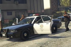 Полицейский нагло угоняет автомобиль (Видео)